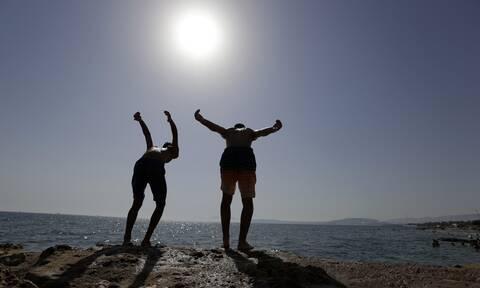 Κορονοϊός: Γιατί το καλοκαίρι αποδυναμώνει τον φονικό ιό - Πώς θα είναι φέτος το μπάνιο στην παραλία