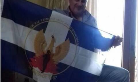 Αυτός είναι ο αντιδήμαρχος της ΝΔ που διεγράφη επειδή ύψωσε την χουντική σημαία