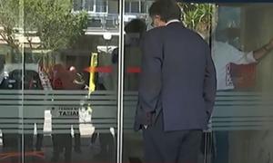 Κορονοϊός - Κλινική «Ταξιάρχαι»: Ο ανήσυχος Τσιόδρας και το ευτράπελο με την πόρτα - Δείτε το βίντεο