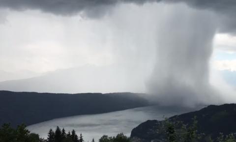 Απίστευτο φαινόμενο: «Τσουνάμι» πέφτει από τον ουρανό! (vid)