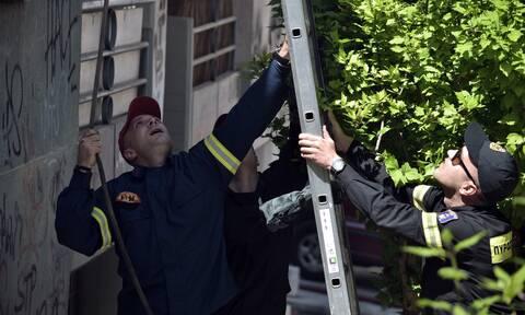 Φωτιά σε διαμέρισμα στο Παγκράτι: Καρέ-καρέ η επιχείρηση της πυροσβεστικής