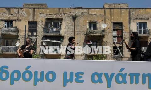 Η Άλκηστις Πρωτοψάλτη σε μια διαφορετική συναυλία από... τους δρόμους της Αθήνας (pics&vids)