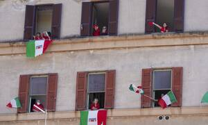 Κορονοϊός - Ιταλία: Τραγουδώντας το Bella Ciao γιόρτασαν την ημέρα της απελευθέρωσης από τους ναζί