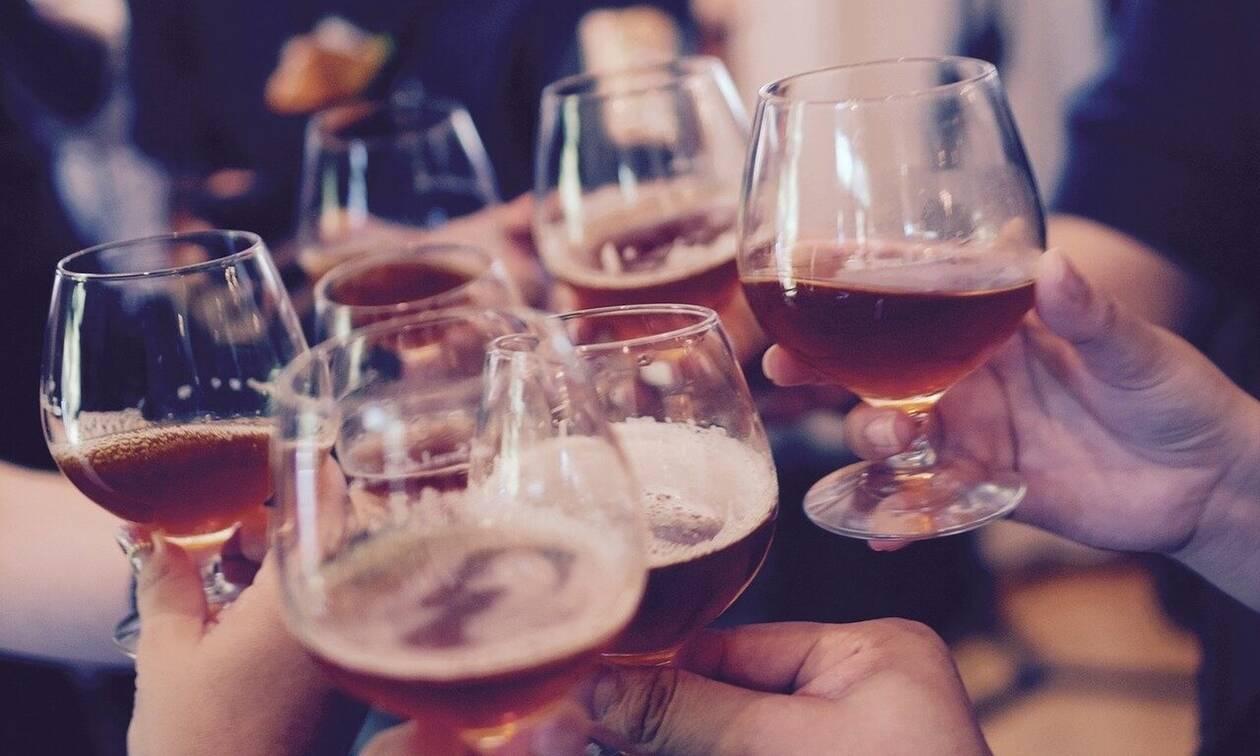 Κορονοϊός: Δεν πρόλαβαν να ανοίξουν τα μπαρ στη Σουηδία και τα έκλεισαν