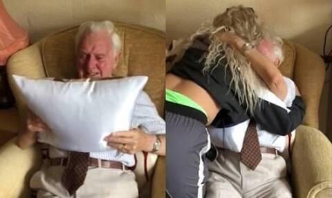 Έδωσαν σε παππού δώρο ένα μαξιλάρι και έβαλε τα κλάματα - Δείτε τον συγκινητικό λόγο (photos+video)
