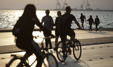 «Πλημμύρισε» από κόσμο η ανοιχτή παραλία της Θεσσαλονίκης - Εκατοντάδες πολίτες βγήκαν για βόλτα