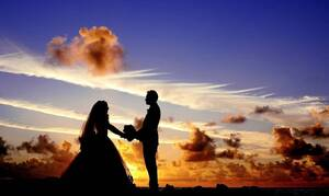 Σέρρες: Αδέρφια ντύθηκαν νεόνυμφοι και έστησαν γλέντι «γάμου» στο δρόμο (video)