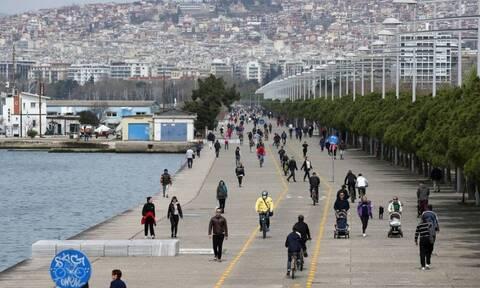 Κορονοϊός - Θεσσαλονίκη: Χαμός και σήμερα στη Νέα Παραλία - Βγήκαν για βόλτα και καφέ