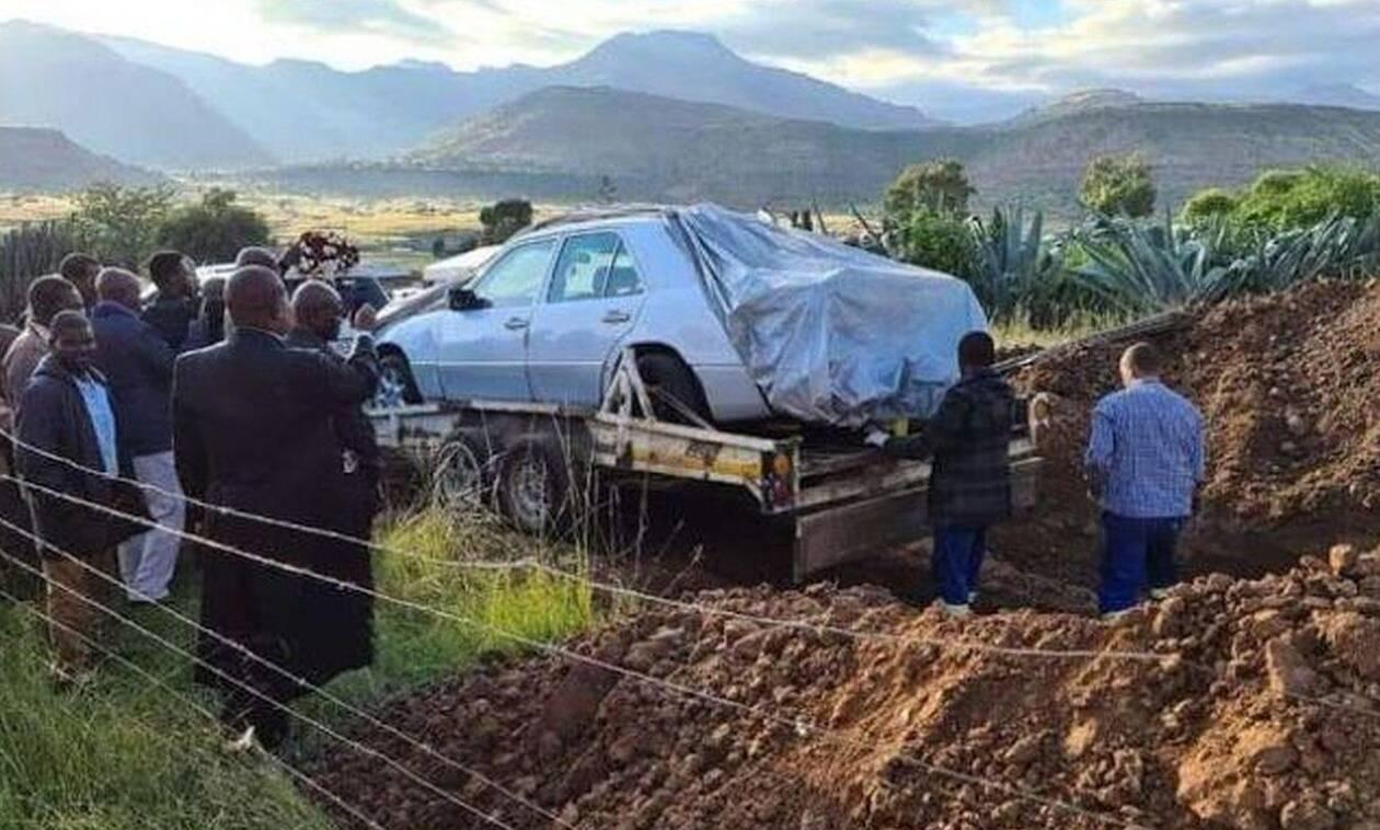 Απίστευτο αλλά αληθινό: Έθαψαν Νοτιοαφρικανό πολιτικό μαζί με τη Mercedes 500 E του…