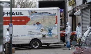 Κορονοϊός - Φρίκη: Γραφείο κηδειών κρατούσε πτώματα σε φορτηγό χωρίς ψύξη (pics&vid)