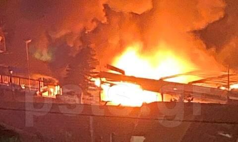 Φωτιά τώρα: Στις φλόγες ταβέρνα στο Μικρολίμανο Πειραιά