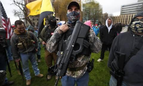 Κορονοϊός στις ΗΠΑ - Απίστευτες εικόνες: Διαδήλωση με όπλα μέσα στο Καπιτώλιο του Μίσιγκαν
