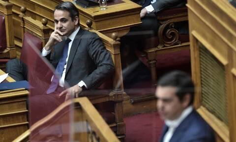 Η δημοσκοπική κυριαρχία Μητσοτάκη και η σύγκρουση στη Βουλή με τον Τσίπρα για την οικονομία
