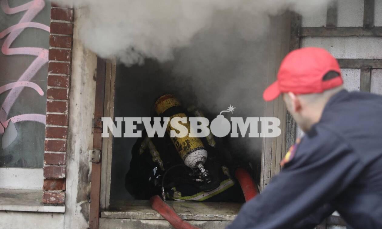 Υπό έλεγχο η μεγάλη φωτιά στο Μεταξουργείο - Καρέ καρέ η μάχη της Πυροσβεστικής με τις φλόγες