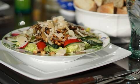 Κορονοϊός: Αεροπορική εταιρεία δίνει τα γεύματα των πτήσεων σε όσους νοσταλγούν τα ταξίδια