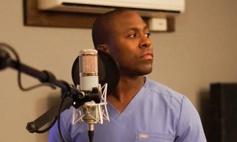 Η διπλή «μάχη» ενός γιατρού ενάντια στον κορονοϊό - Από το χειρουργείο στο τραγούδι (vid)