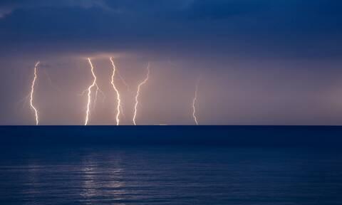 Ραγδαία επιδείνωση του καιρού με ισχυρές καταιγίδες - Πού θα γίνει η νύχτα-μέρα από τους κεραυνούς