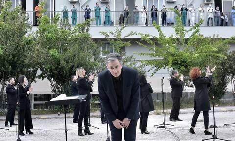 Η Χορωδία της ΕΡΤ τραγουδά και συμπαρίσταται σε γιατρούς και νοσηλευτές στο Ασκληπιείο Βούλας
