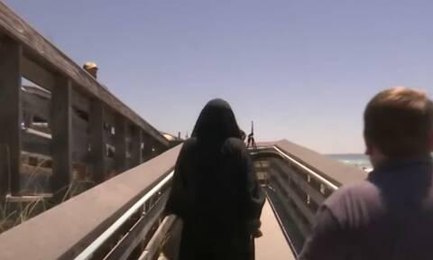 Κορονοϊός: Ντύθηκε χάρος και πήγε σε παραλίες για να «φοβίσει» τον κόσμο (videos)