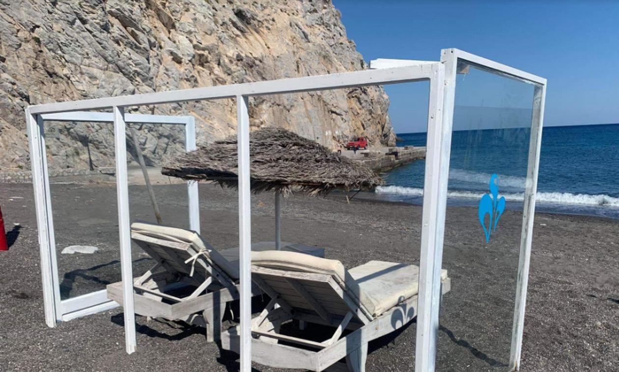 Κορονοϊός: Στη Σαντορίνη οι πρώτες ξαπλώστρες με πλέξιγκλας (pics)