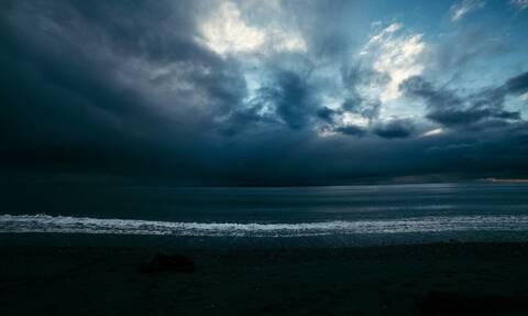 Είδαν κάτι να φωσφορίζει στη θάλασσα - Η αλήθεια τους άφησε άφωνους