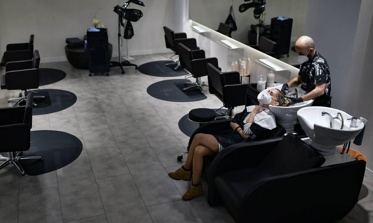 Κορονοϊός Ισπανία: Και μετά το τζόκινγκ οι πολίτες ξανασυναντούν τους κομμωτές τους