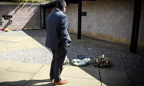 Κορονοϊός Βρετανία: Είδε τη μητέρα του να πεθαίνει - Έμεινε σε καραντίνα για να πάει στην κηδεία της