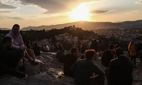 Άρση μέτρων: «Πλημμύρισε» με κόσμο η Αθήνα - Κοσμοσυρροή σε Ακρόπολη και Μοναστηράκι