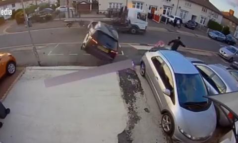 Αγγλία: Σοκαριστική στιγμή με αμάξι να περνάει... πάνω από πεζό (pics)