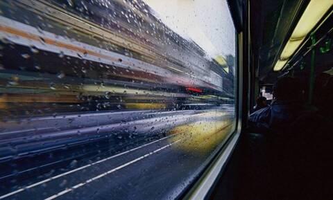 Εικόνες ΣΟΚ - Παρέα πλάκωσε στο ξύλο κορίτσι μέσα σε τραμ και κανείς δεν κάνει κάτι (vid)