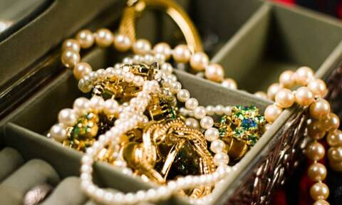 Θεσσαλονίκη: Πούλησε σε ενεχυροδανειστήριο πανάκριβα κλεμμένα κοσμήματα αξίας 50.000 ευρώ