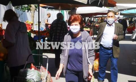 Ρεπορτάζ Newsbomb.gr στις λαϊκές αγορές: Με μάσκες και γάντια παραγωγοί και καταναλωτές