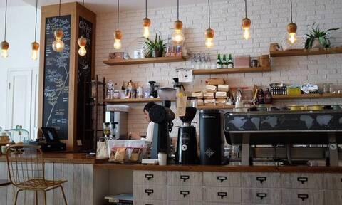 Άρση μέτρων: Καβαλιώτισσα κάνει παράπονα στην κάμερα επειδή δεν άνοιξαν οι καφετέριες (video)