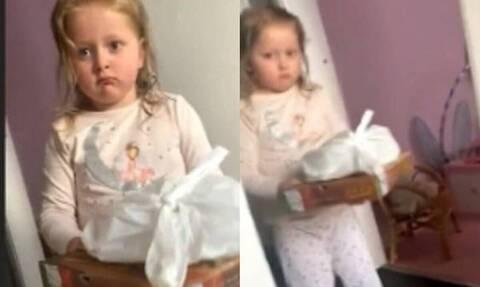 Κοριτσάκι μπήκε σπίτι με πίτσα - Λίγο αργότερα μούτρωσε για την απάντηση της μάνας της (vid)
