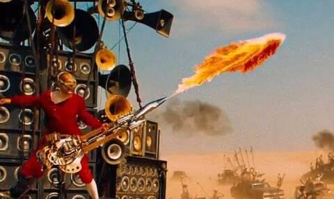 Έβγαλε φωτιές από την κιθάρα του!