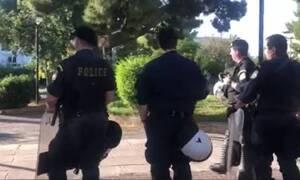 Κορονοϊος: Ισχυρή αστυνομική δύναμη στην πλατεία Αγίου Ιωάννου στην Αγία Παρασκευή (vid)