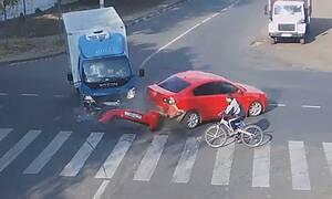 Σοκαριστικό τρακάρισμα σε διασταύρωση - Δεν φαντάζεστε τι έπαθε ο ποδηλάτης (vid)
