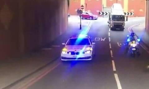 Αστυνομικοί σταμάτησαν την κυκλοφορία σε κεντρικό δρόμο - Απίστευτος ο λόγος που το έκαναν! (vid)