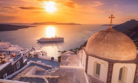 Η μαγεία της Ελλάδας: Το ειδυλλιακό ηλιοβασίλεμα της Σαντορίνης