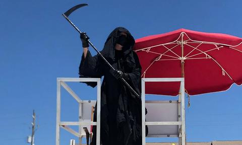 Κορονοϊός: Ντύθηκε Χάρος και βγήκε παγανιά στην παραλία (pics&vid)