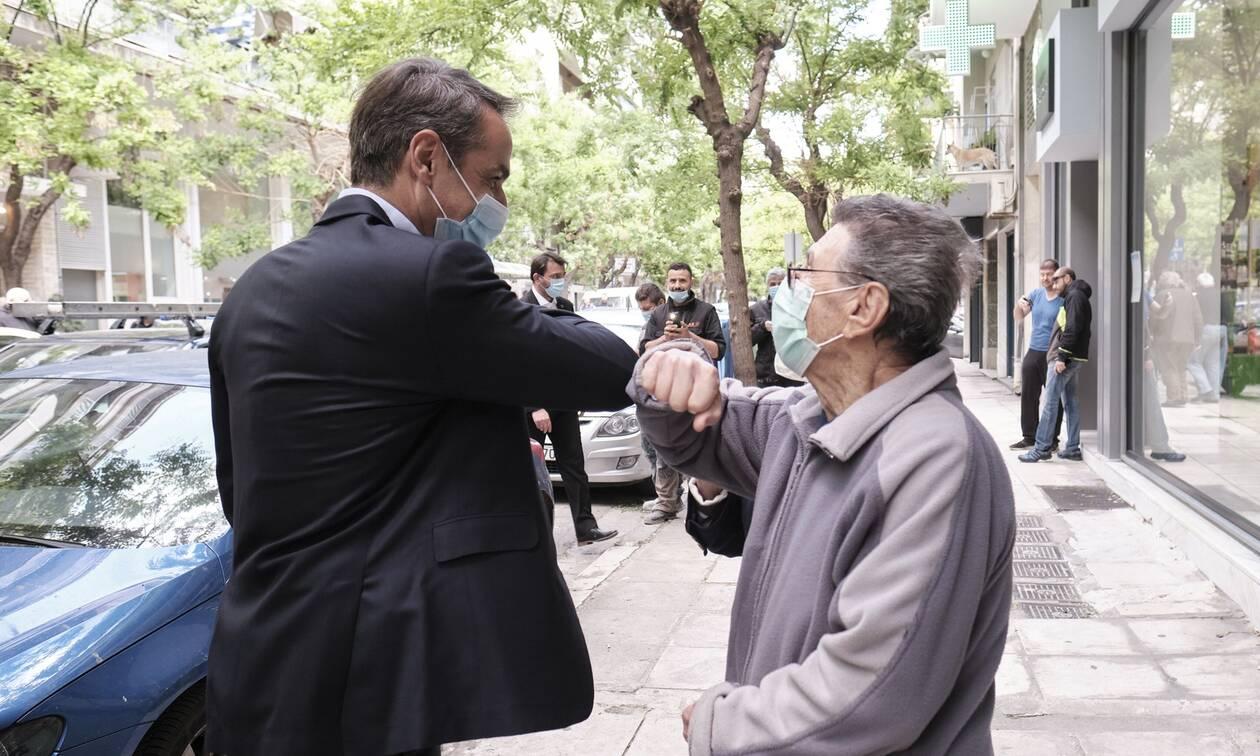 Ο Μητσοτάκης με μάσκα στο Παγκράτι - Είδε πολίτες και τους χαιρέτησε με τον αγκώνα (pics+vid)