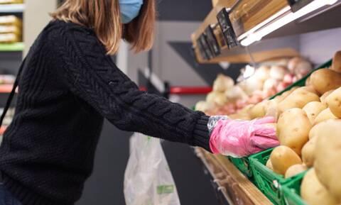 Κορονοϊός: Καθηγήτρια Μικριοβιολογίας εξηγεί τι πρέπει να κάνουμε με τρόφιμα και ψώνια σούπερ μάρκετ