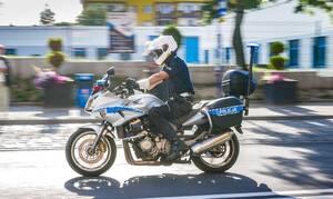 Αστυνομικός πήγε να διαλύσει συγκεντρωμένους σε πάρκο - Δεν φαντάζεστε τι συνέβη