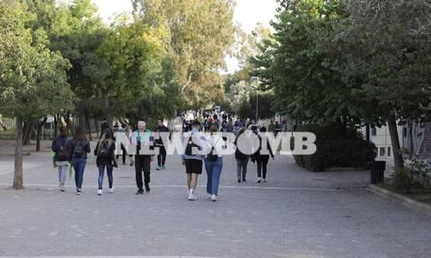 Ρεπορτάζ Newsbomb.gr: Συνωστισμός και σήμερα στην Ακρόπολη - Βγήκαν να δουν την Πανσέληνο