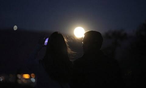Υπερπανσέληνος Μαΐου 2020: Μαγευτικές εικόνες από το ολόγιομο φεγγάρι στην Ελλάδα