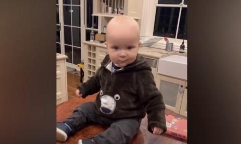Νέα «μόδα» στα social media - Δείχνουν τα στήθη τους σε μωρά (video)