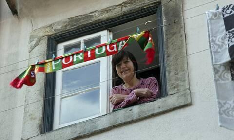 Κορονοϊός Πορτογαλία: Με τη βοήθεια γερανού βλέπουν και πάλι τους δικούς τους σε οίκο ευγηρίας