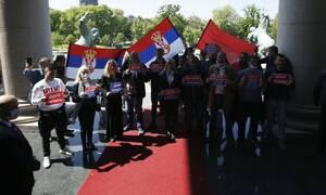 Σερβία: Επεισόδια προκάλεσαν έξω από τη Βουλή βουλευτές και στελέχη του κινήματος «Dveri»