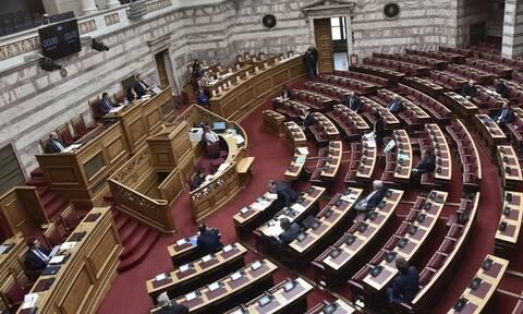 Υπερψηφίστηκε το νομοσχέδιο για τη «Βελτίωση της μεταναστευτικής νομοθεσίας» - Αποχώρησε ο ΣΥΡΙΖΑ