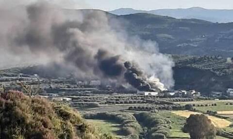 Κρήτη: Σε εξέλιξη μεγάλη φωτιά σε εργοστάσιο στο Ηράκλειο